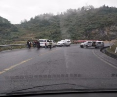 今天在鹿角一弯道上发生一起三车碰撞事故